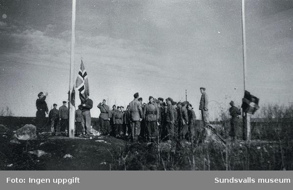 Lägrets flaggor hissas, en norsk och en svensk.