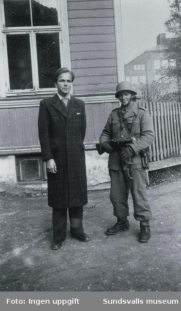"""På vakt ved Ila skole. Georg og Ståhl.""(Bildtext i fotoalbum. Ägare Emil Tessem, Steinkjer.)Trondheim i maj 1945."