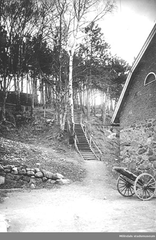 Trappa från Forsåkersgatan upp till Esbjörn Schillersgatan, år 1920. Till höger: Yngeredsfors stenbyggnad.