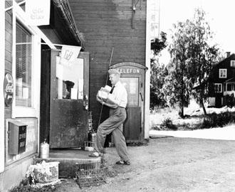 Posten lämnas i Dyviks Bruks handel av lantbrevbärare Erik Johansson.
