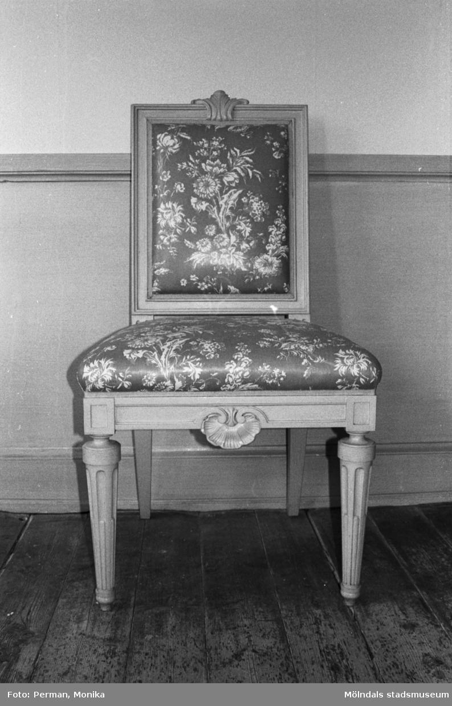 Antikvarisk storstädning på Gunnebo slott 1992. En stol som står vid en väggpanel.