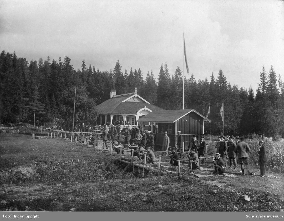 Skyttar utanför gamla Skyttepaviljongen, vid sluttningen till Norra Berget.