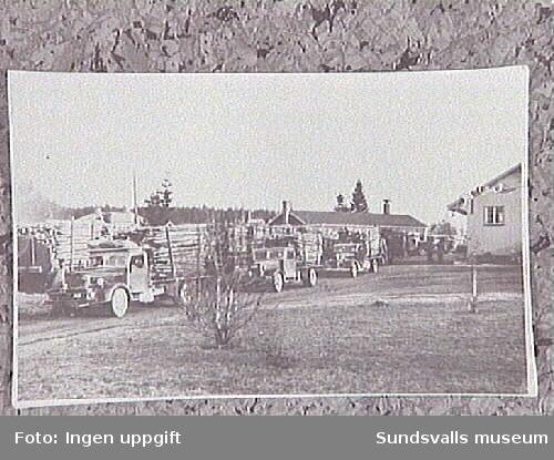 Lastning av ved under krigsåren vid Njurunda station.