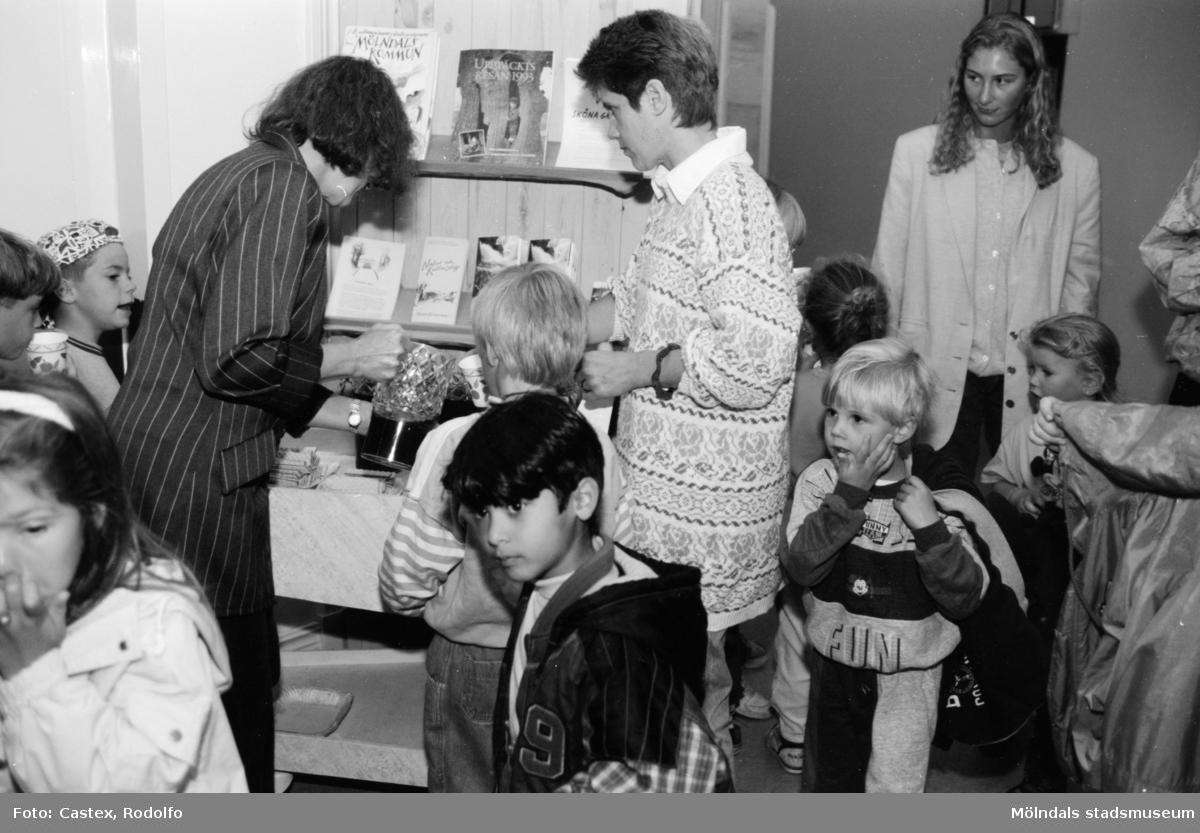 Fikastund för barn och vuxna. Utställningsvernissage av och om Katrinebergs daghem på Mölndals museum 1993-09-10.