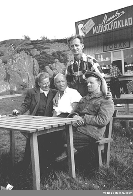 Fikapaus vid Näsets kiosk efter en trevlig fisketur, 1950-tal. Till vänster: Astrid Garthman, Charlie Magnusson och Helmer Garthman. Stående är Arne Jansson.