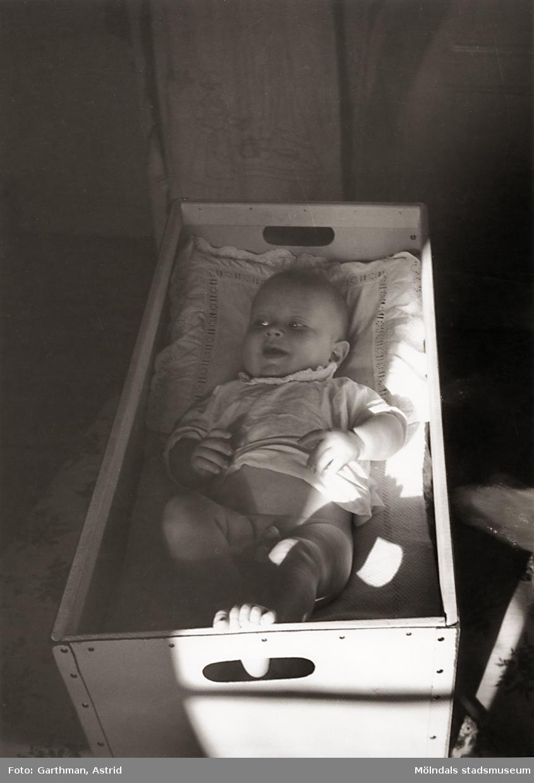Lille Jerry Garthman ligger i en tvättkorg på Barnhemsgatan 21 år 1956.