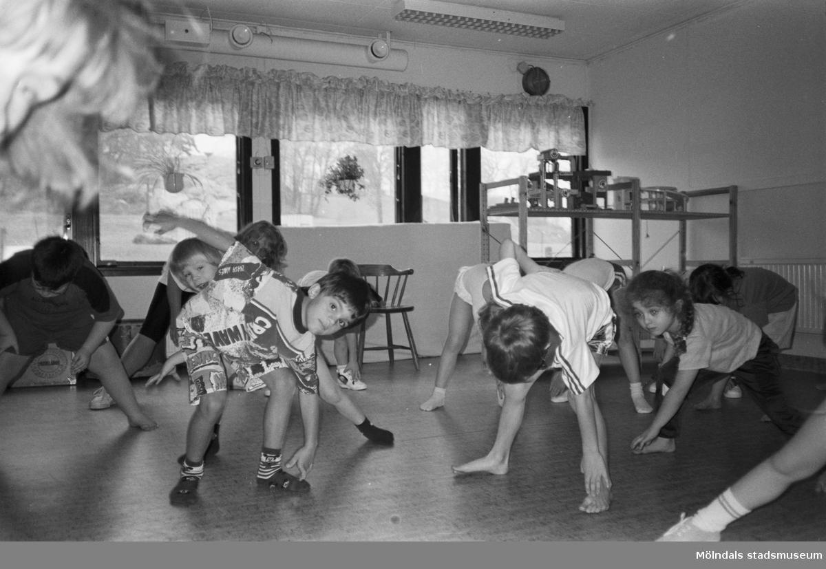 Gymnastik inomhus för Robin, Basoz och fler barn på Lunkentussen, Katrinebergs daghem 1992.