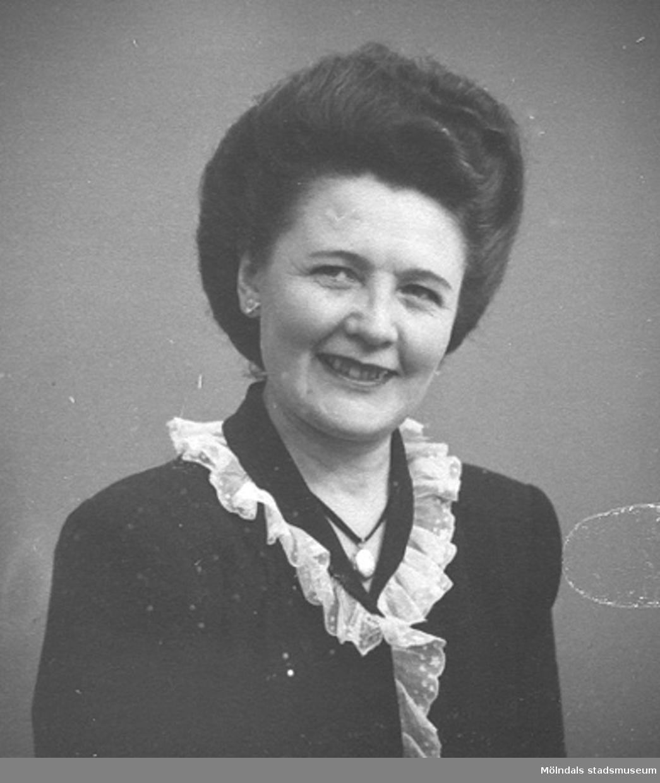 Ett av 19 st porträttbilder av Karin Hasselberg (1903 - 1996), tagna på 1940-talet.