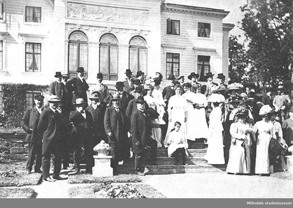 Svenska museimannaföreningen på Gunnebo den 16 juni 1911. I bildens mitt ses friherrinnan Hilda Sparre. Framför henne sitter dottern Margareta. Till vänster om dem och längst fram står Oscar Montelius.