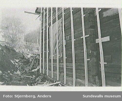 Foto 35: Påskrift S fasaden med namn och årtal. Se protokoll fr besiktning.
