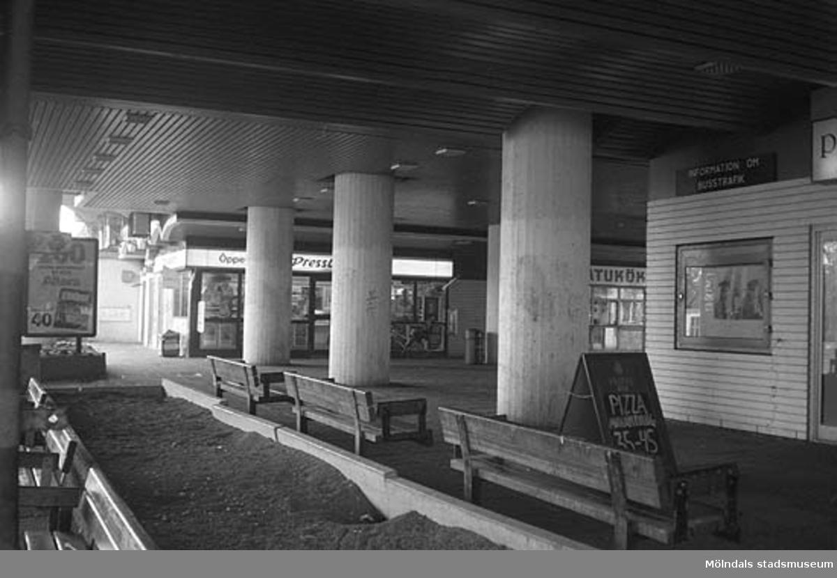 Pressbyrå och Gatukök under bron. Mölndalsbro i dag - ett skolpedagogiskt dokumentationsprojekt på Mölndals museum under oktober 1996. 1996_0950-0965 är gjorda av högstadieelever från Kvarnbyskolan 9A, grupp 3. Se även 1996_0913-0940, gruppbilder på klasserna 1996_1382-1405 samt bilder från den färdiga utställningen 1996_1358-1381.