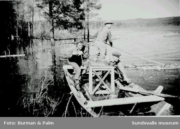 """Flottare i en speleka. Den användes för att """"spela fram"""" virket över lugnvatten"""
