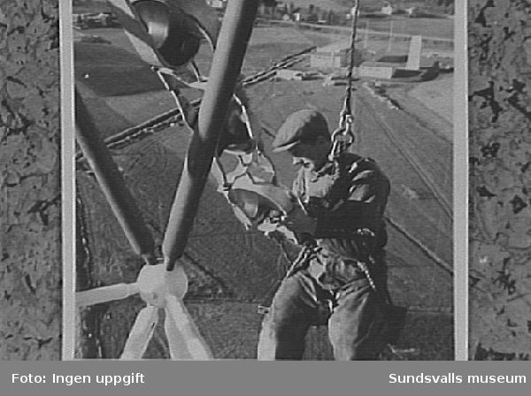 Resning av den provisoriska fackverksmasten vid rundradiostationen i Ljustadalen, 1948.
