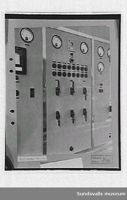 Interiör från radiosändaren, krafttavla för fält 6, rundradiostationen i Ljustadalen, 1949.Negativet skarpare.