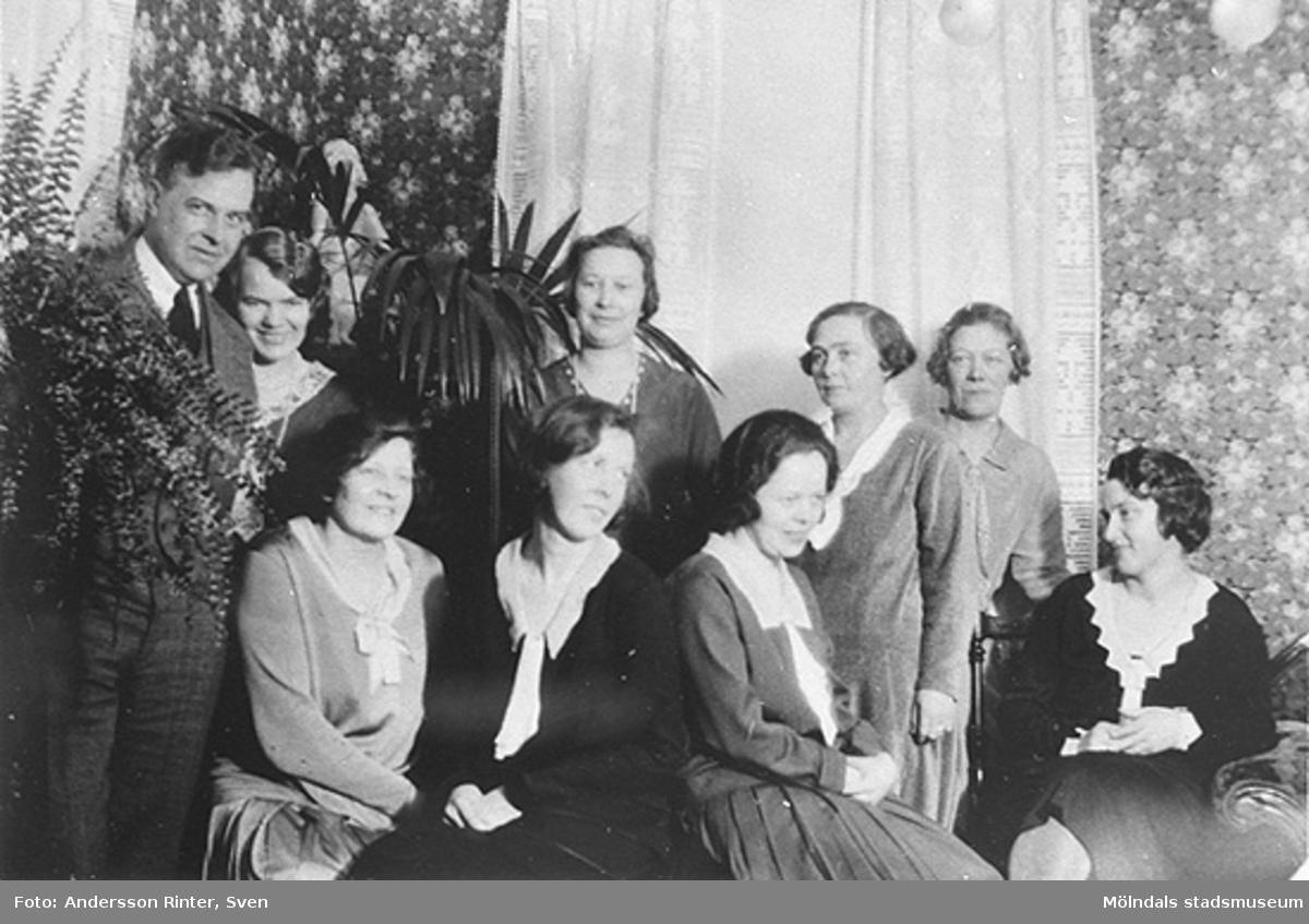 Från vänster: syskonen Torsten och Elin Andersson har bjudning i föräldrahemmet på Göteborgsvägen 14, 1927.