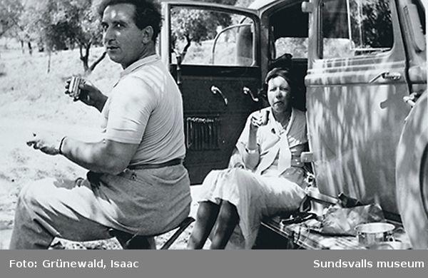 Isaac Grünewald och Sigrid Hjertén rastar under en resa på Sicilien, 1935.