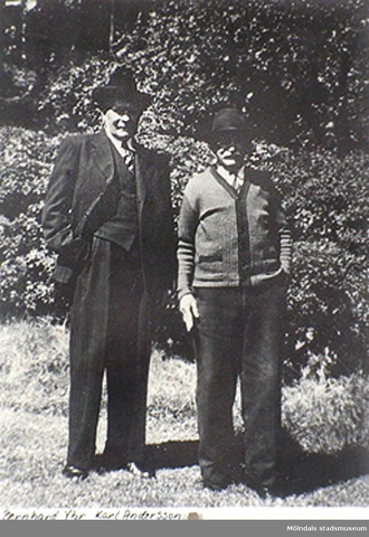 Bernard Yhr och Karl Andersson står utanför Kärra Hökegård. Detta var ett försörjningshem för såväl senildementa som psykiskt sjuka, utvecklingsstörda och ensamstående mödrar. Verksamheten försvann i och med att Lackarebäckshemmet stod klart 1951.