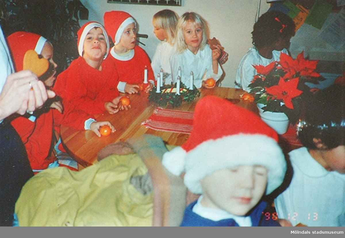 6-åringarna från Katrinebergs daghem lussefirar pensionärerna år 1990.