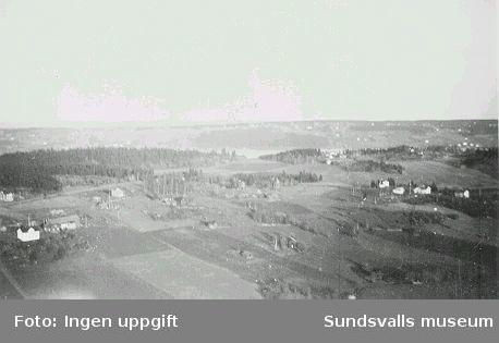 Vy från den provisoriska fackverksmasten vid rundradiostationen i Ljustadalen, 1948.