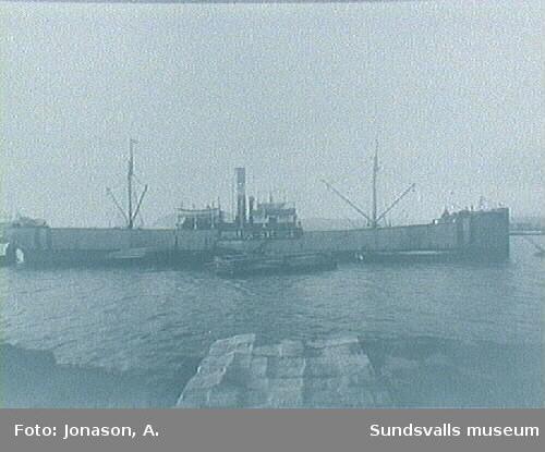 "Lastfartyget ""Portos - Sverige"" på redden, pråmar med sågat virke."