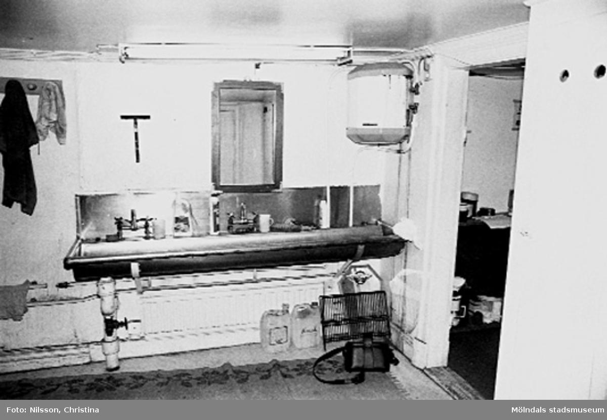 Interiör av undervåningen. Rummet nyttjades på 1990-talet som omklädnings- och tvättrum för dem som hade hobbyverkstäder.