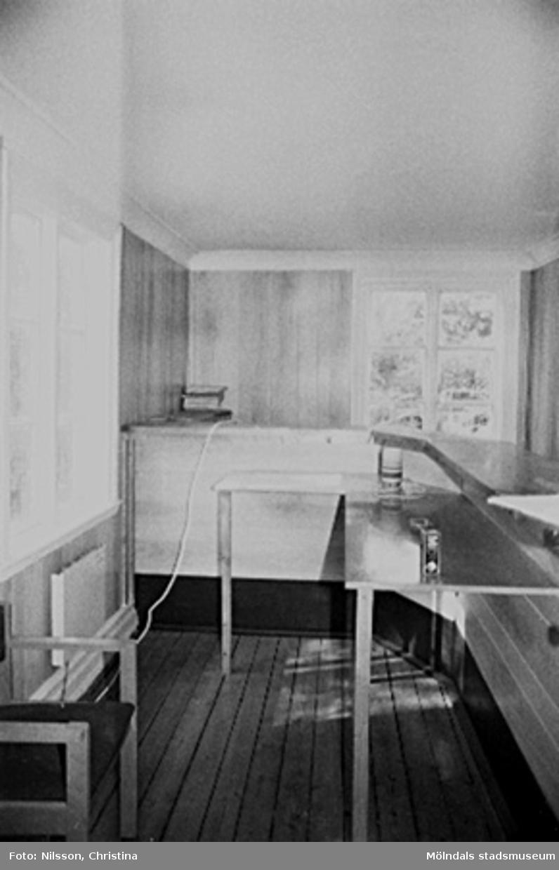 Interiör i fabriksbyggnad: en vask eller diskbänk.