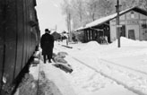 Järnvägsstationen i Porla, vintern 1922. Postkupé 19 upp gör uppehåll.