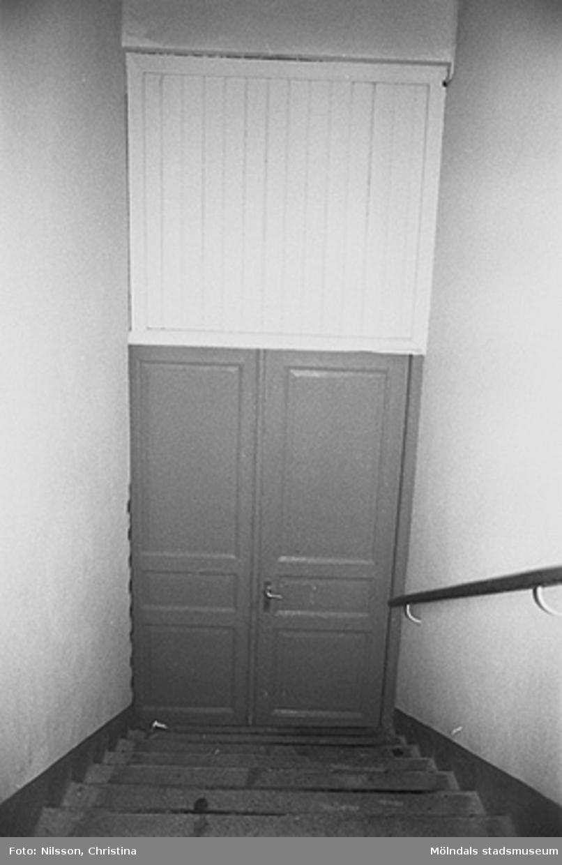 Byggnadsdetaljer: Dörr och trappa med ledstång, hösten 1994.