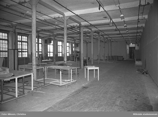Werners fabriker, Lindome. Byggnadsdetaljer: Fönster och pelare. Hösten 1994.