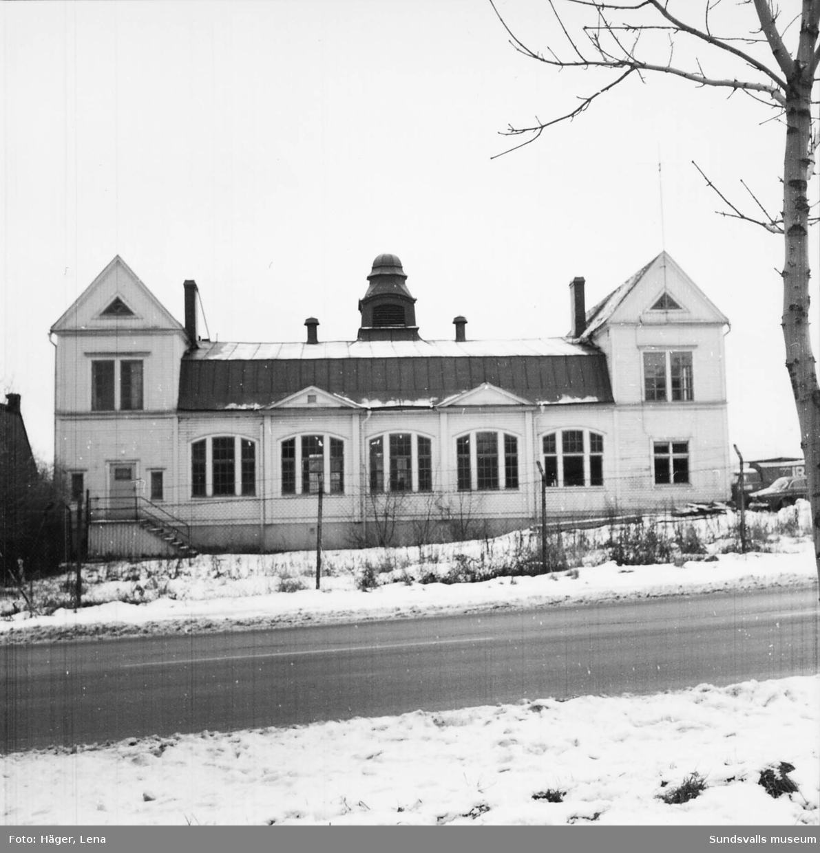 Fotodokumentation av Skönsbergs gamla Folkets hus före rivningen 1986. Byggnaden användes då som slöjdsal. Dokumentationen gjordes av dåvarande byggnadsantikvarie Lena Häger. I dokumentationen finns även interiörer.