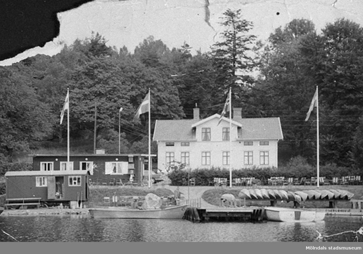 Den vita villan är Stensjöberg på Rådavägen 5. Uppfört 1865, brunnet 2015, rivet 2016. De som skötte verksamheten bodde i denna villa. Allt utgjorde samma tomt och samma adress.