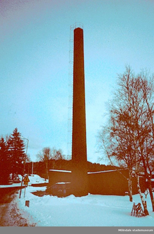 """Byggnadsdokumentation av värmecentralskorsten i villaområde vid """"Bräcka""""/Fageredsvägen, mars 1994."""