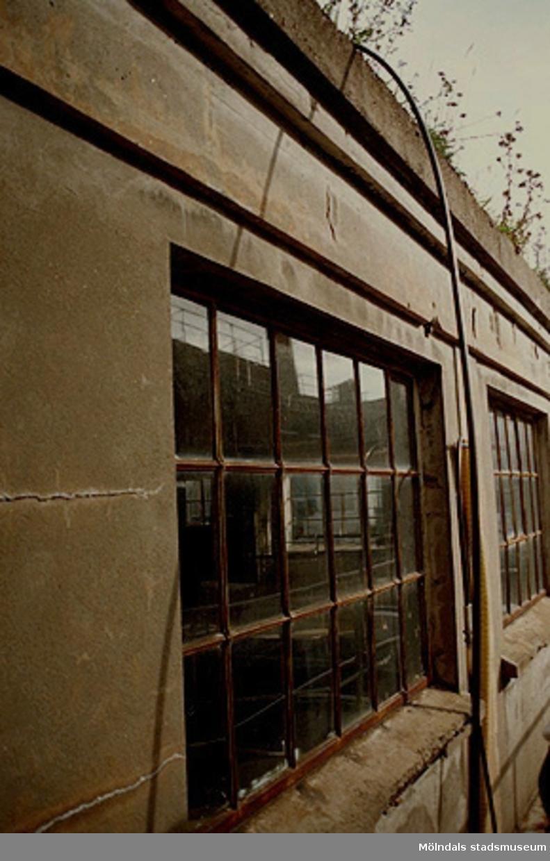 Papyrus fabriksbyggnad. Fönster i järn vid byggnad i armerad betong.Från väster. September-oktober 1998.