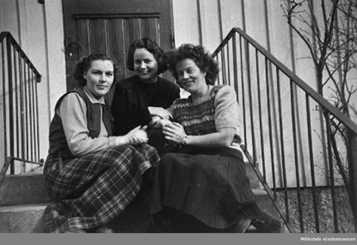 """Lärarna ?, ? och  Margit Emilsson (gift Wannerberg -52) på Krokslätts daghem sittande på trappan. Krokslätts daghem, Dalhemsgatan 7 i Krokslätt 1948-1951.""""Föreståndaren: Gunnel Kullenberg, bitr. föreståndaren: Margit Emilsson (gift Wannerberg -52), förskollärarna: Ingrid Andelius (gift Svedenbrandt) och Pierrette Pet`e(r) (gift Göhluer) och barnskötaren: Ruth Carlsson (gift Karlsson) arbetade på Krokslätts daghem.Vi fyra tjänstgjorde i den s.k. Villan som hade två avd, två lärare på varje avd.  Man arbetade 6 dagar i veckan, måndag till lördag.I huvudbyggnaden på andra vån. fanns personalbostad att hyra. Dit inbjöds våra vänner till party, även blivande fästmän. Ingrid träffade sin man där.Jag sammanförde också Pierrette och Åke som sedan gifte sig. Jag blev gudmor till deras dotter Christine, född 1957.""""                                                                       Enligt Margit Wannerberg."""