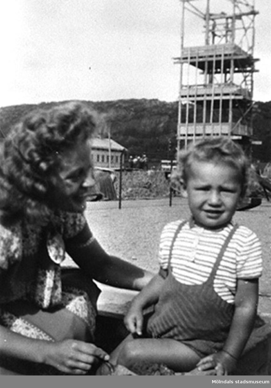 """Praktikant Margit Emilsson (gift Wannerberg -52) med """"älsklingsbarnet"""" Håkan Carlsson på Krokslätts daghem, Dalhemsgatan 7 i Krokslätt. Under Margits praktik som biträde: 1945-10-01 - 1946-08-01.""""Håkans charm och hans rara föräldrar bidrog till att jag valde yrket, barnträdgårdslärarinna. Jag var otröstlig när jag skildes från Håkan - då jag slutade för att börja på seminariet.""""   Enligt Margit Wannerberg."""
