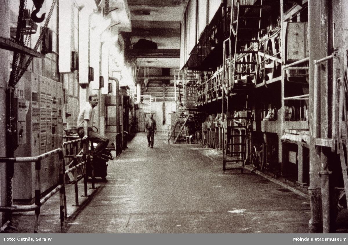 Män i arbete vid maskin på Papyrus i Mölndal, år 1990.