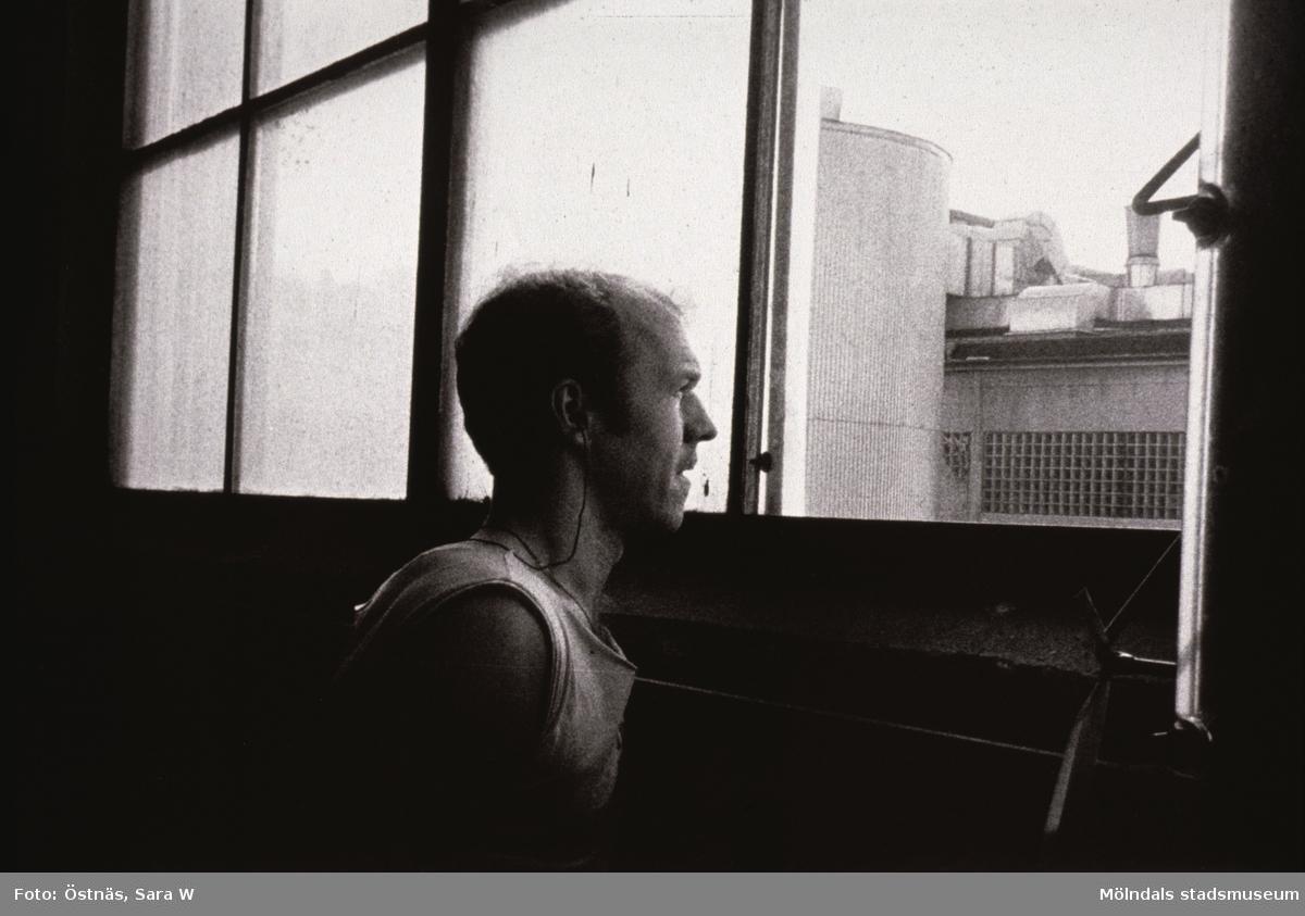 Jan Callesen tittar ut genom ett fönster på Papyrus i Mölndal, år 1990.