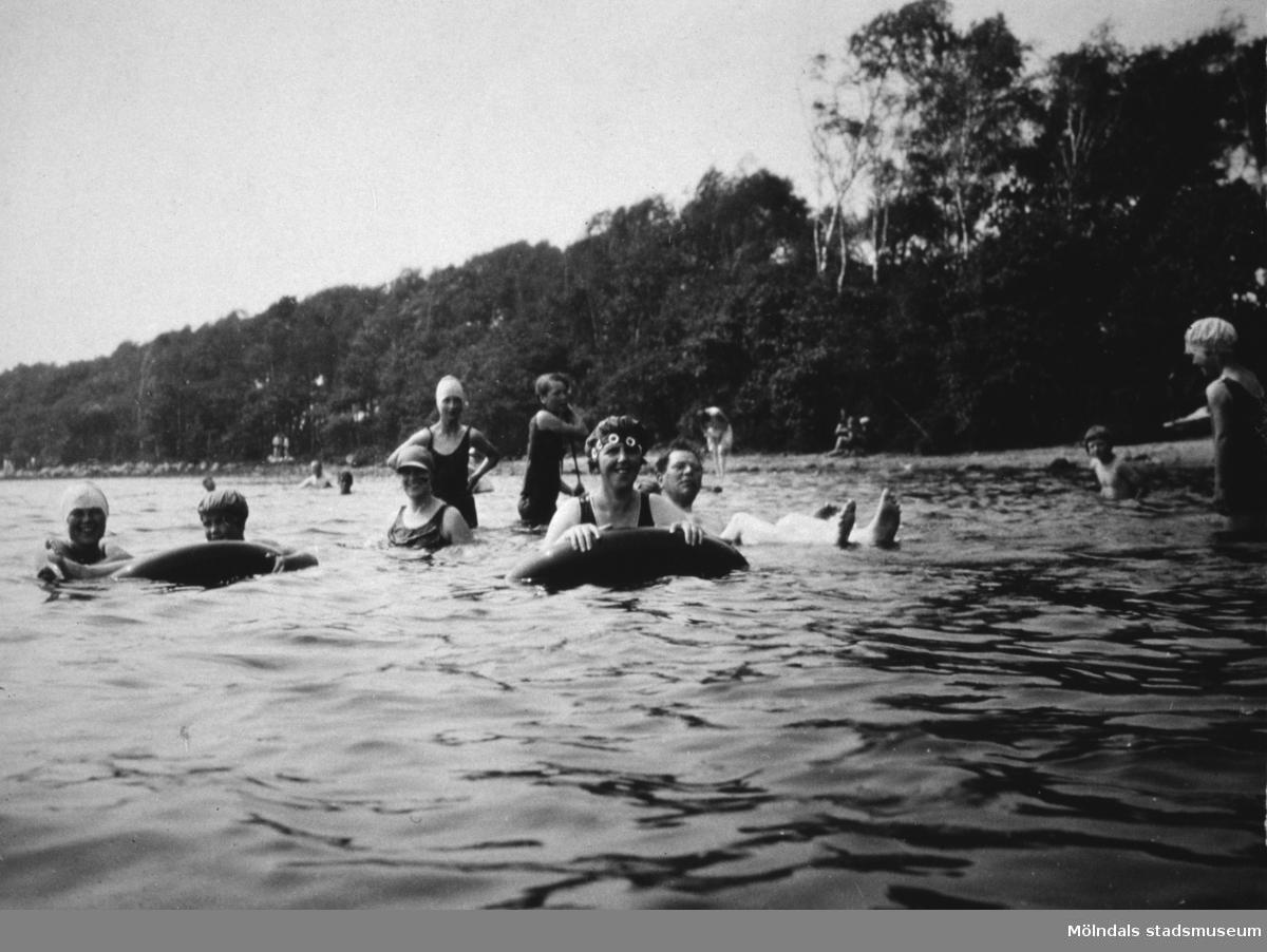 Vuxna och barn badar i ev. Tulebosjön, cirka 1930.