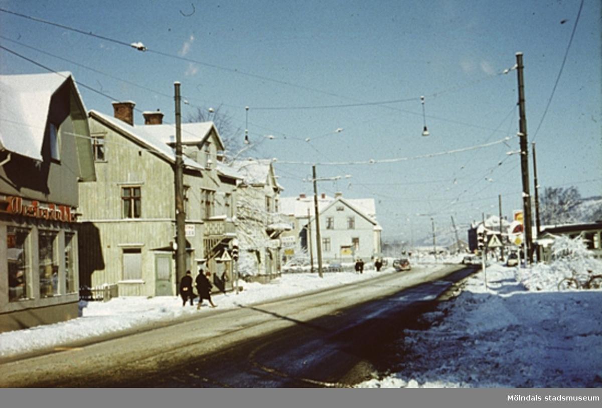 Affärsbyggnader och bostadshus längs Kungsbackavägen i Mölndal, år 1967.