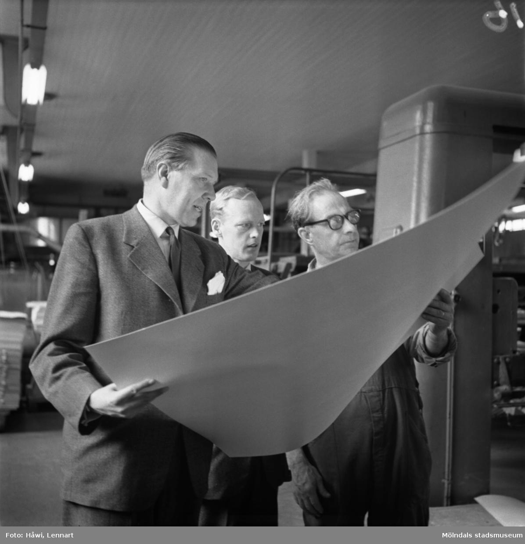 Ingenjör Gillén och ingenjör Lundquist på Papyrus i Mölndal, 13/5 1955.
