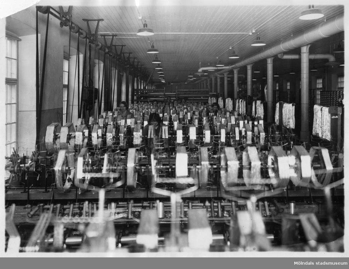 Kvinnor i arbete vid maskiner på Stora Götafors i Mölndal.