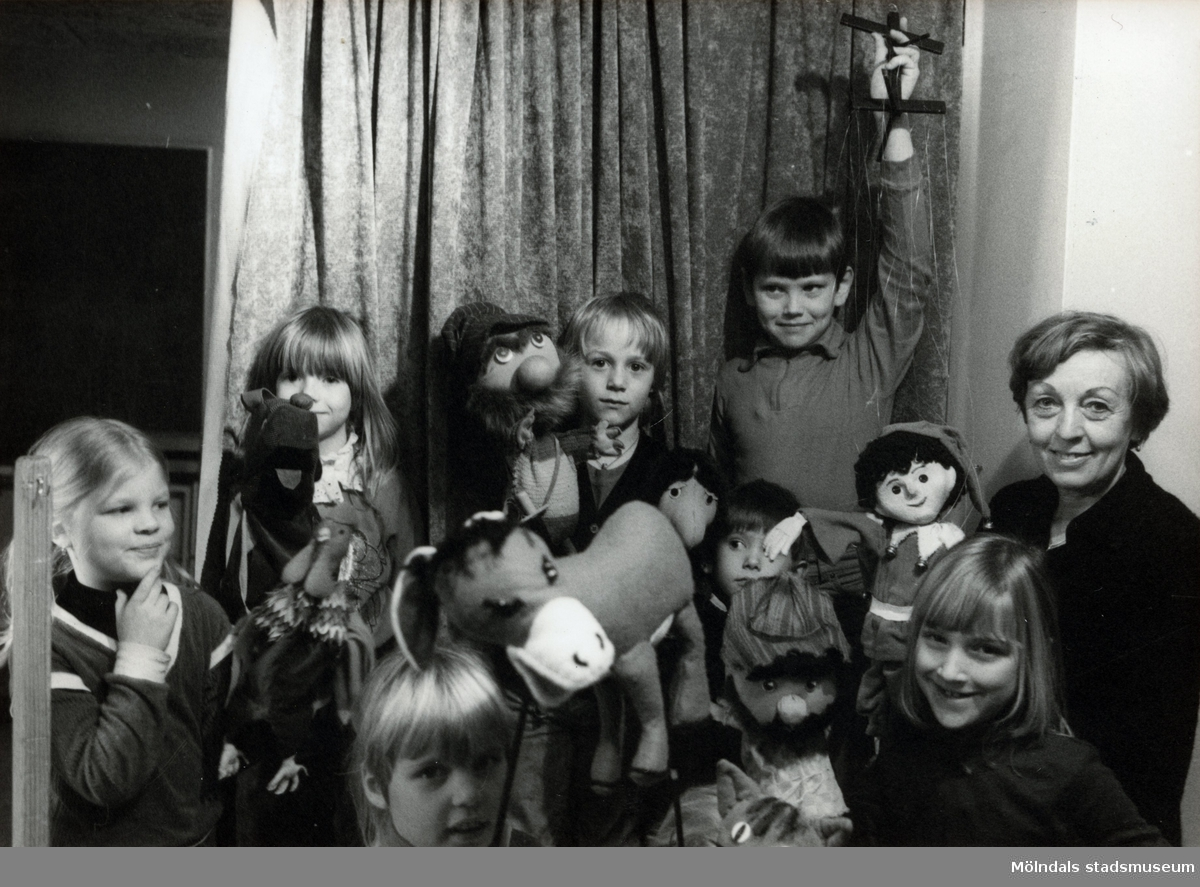 Dockteater i Broslättssalen 27/2 1983. Fotografi ur album tillhörande Blanka Kaplan.