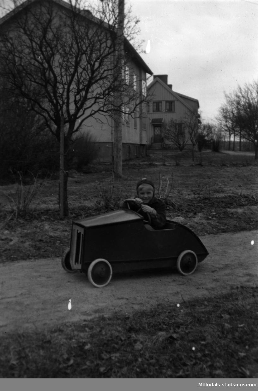 En pojke åker lådbil i Stretered, Kållered. Claes, ung rallyförare.