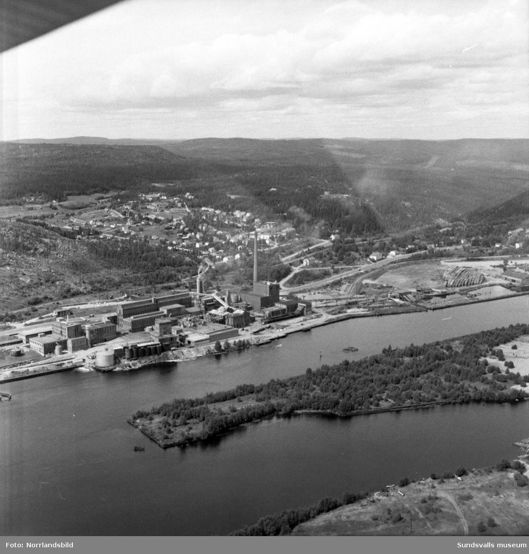 Flygfoto över fabriksområde och villaområdet Hemmanet i Svartvik.