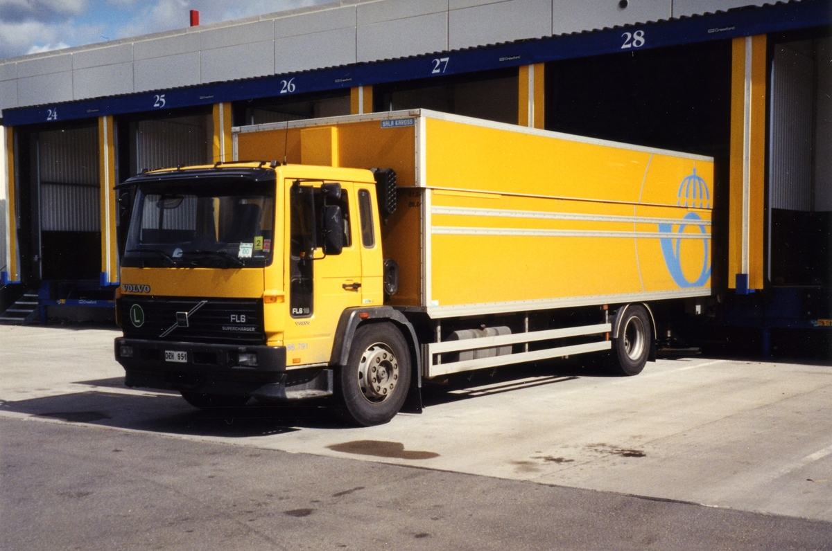 """86.791 Volvo FL618 -97 H/S skåp """"Långskorporna"""" levererades i en serie om 8 st. (790-797). Inskaffades för att utföra terminaltransporter och större hämtningar hos företagskunder. Luftfjädrad fram- och bakaxel. Aut-växellåda med touch-kontrollknappar. De fyra första (790-793) har som kuriosum reg.nr DZH."""
