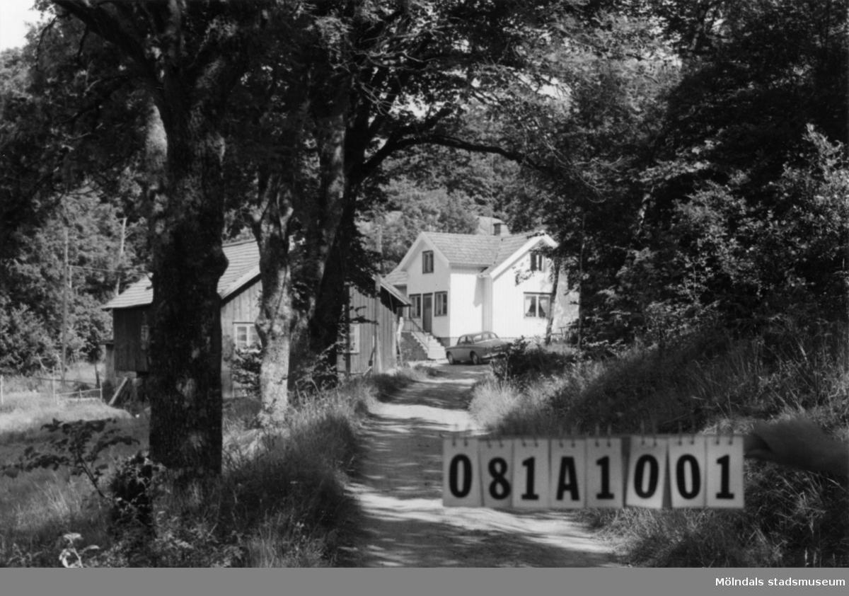 Byggnadsinventering i Lindome 1968. Skår 1:7. Hus nr: 081A1001. Benämning: Permanent bostad, ladugård och fyra redskapsbodar. Kvalitet, bostadshus: god. Kvalitet, ladugård och redskapsbodar: mindre god. Material: trä. Tillfartsväg: framkomlig.