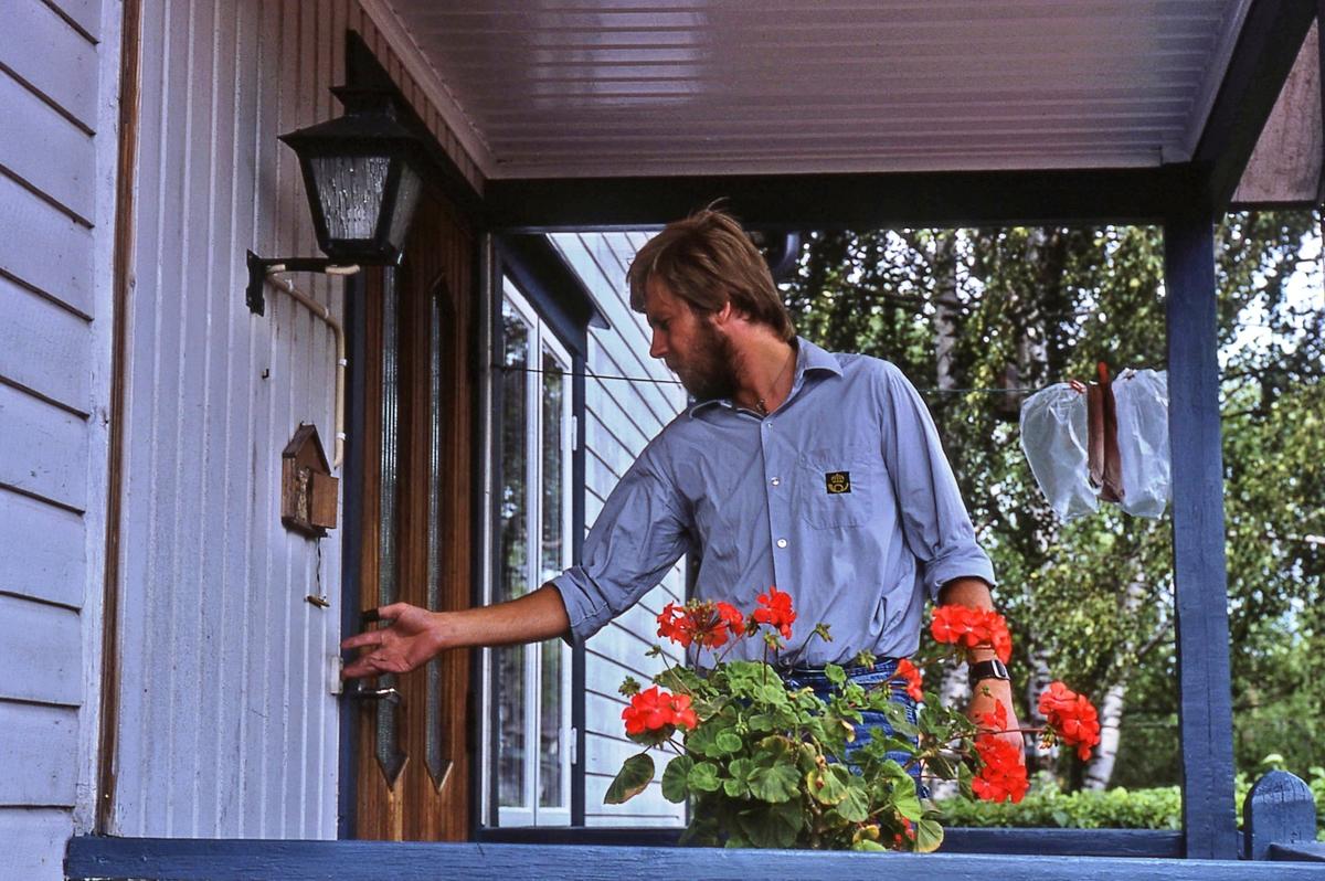 Lantbrevbäraren Mikael Mattsson gör ett besök i Kullbacken. Han ringer på husets dörr.