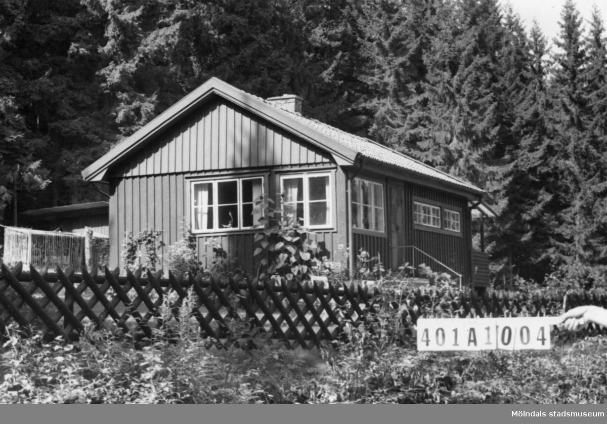 Byggnadsinventering i Lindome 1968. Ålgårdsbacka 1:13. Hus nr: 401A1004.  Benämning: fritidshus och redskapsbod. Kvalitet, fritidshus: mycket god. Kvalitet, redskapsbod: mindre god. Material: trä. Tillfartsväg: framkomlig.