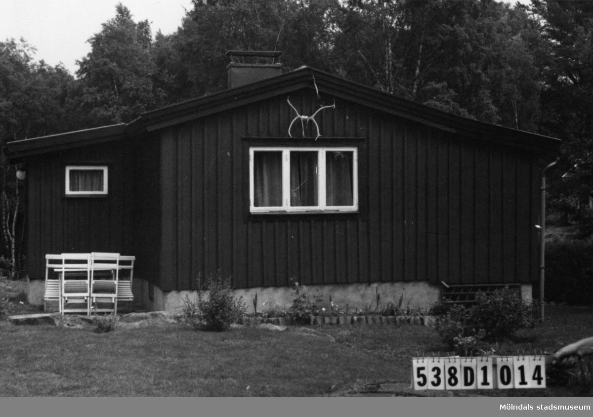 Byggnadsinventering i Lindome 1968. Ingemantorp 2:27. Hus nr: 559D1014. Benämning: fritidshus. Kvalitet: mycket god. Material: trä. Tillfartsväg: framkomlig. Renhållning: soptömning.