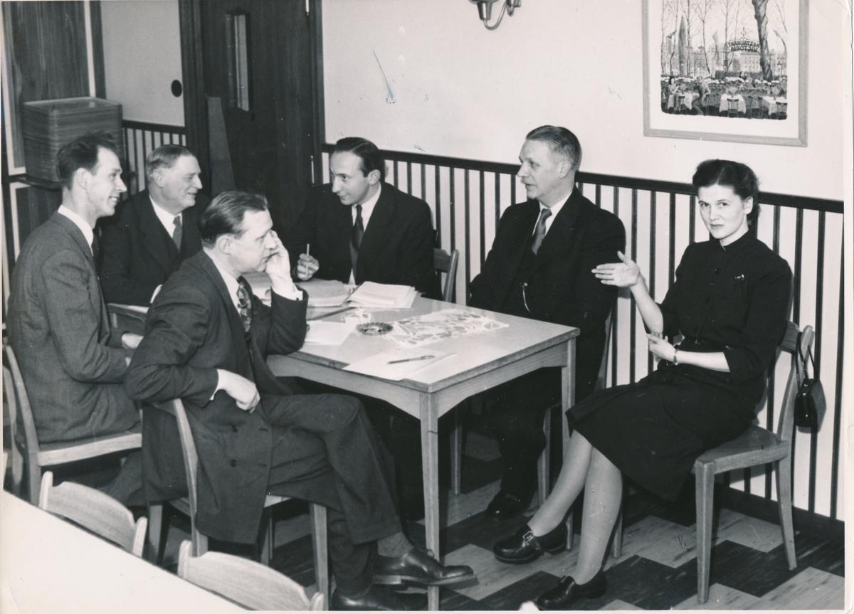 Fotografi föreställande företagsnämnderna i Bromma. Bilden är tagen i samband med sammanträdet för företagsnämnderna i Bromma, Hägersten och Johanneshov, vid Postkontert Johanneshov 1, 1952.